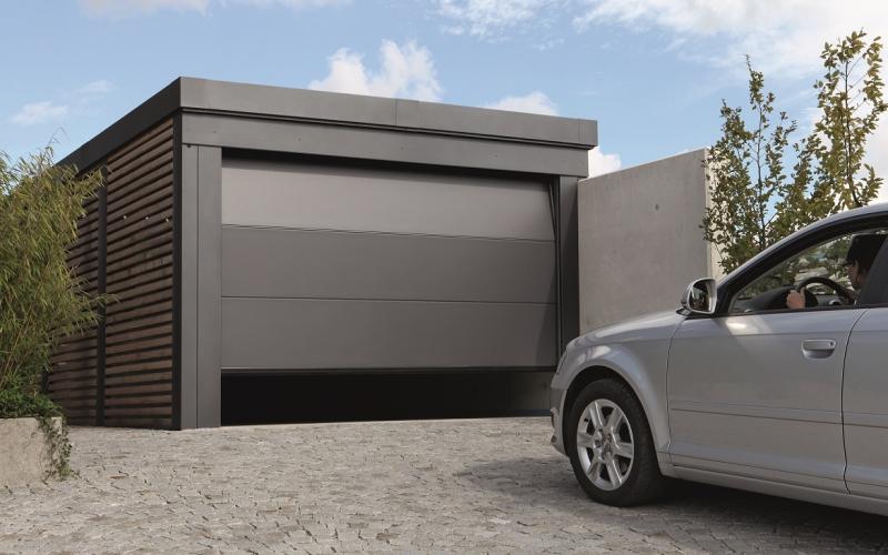 queyras grise en train de souvrir Portes de garage Queyras | Serrurier Caen